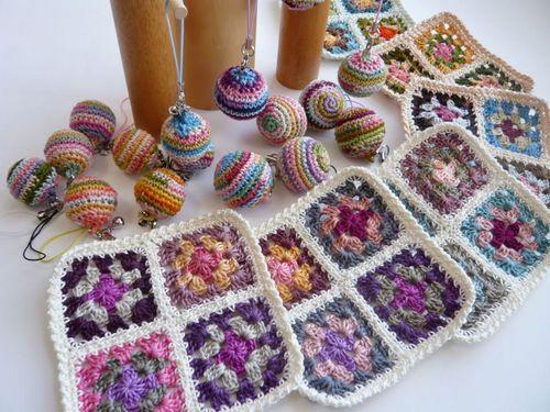 刺繍糸で編んだ小物敷き&編み玉ストラップ